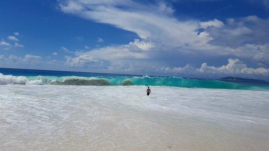 Остров Праслен, Сейшельские острова: string waves