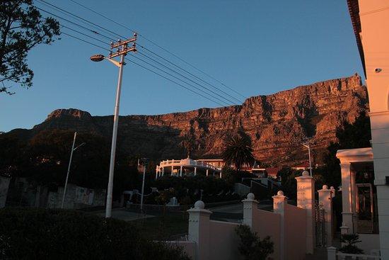 De Tafelberg Guesthouse: Uitzicht vanuit de tuin met zwembad op de Tafelberg