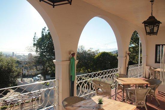 De Tafelberg Guesthouse: Uitzicht vanaf de ontbijtruimte op Kaapstad en de zee