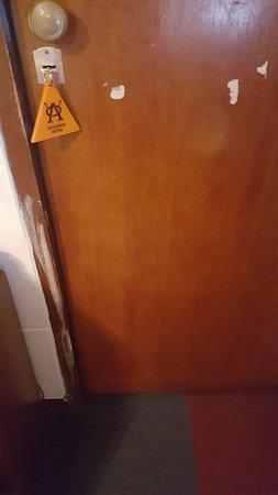 Acuarius Hotel : puertas despintadas y con falla en la cerradura