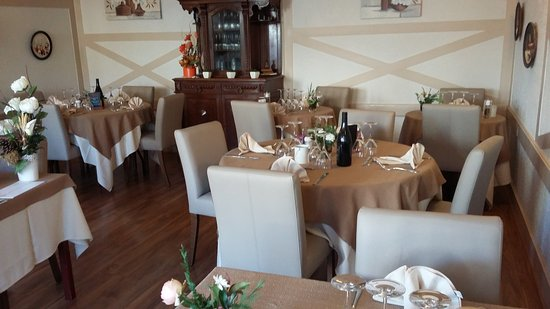 Souvigny, France: Nouveau décor à l Auberge des Tilleuls