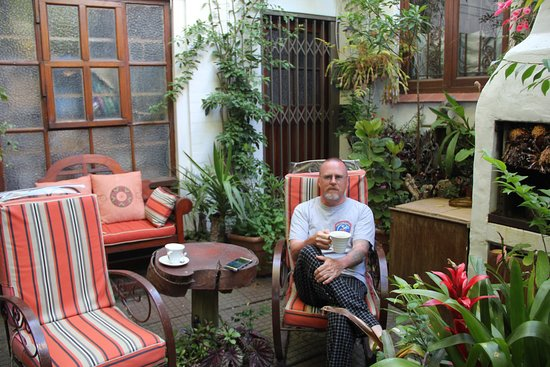 Jambo Guest House: Enjoying tea in the garden