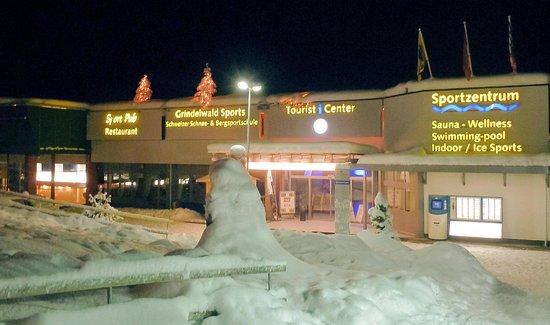 Офис Grindelwald Sports в зданиии Туристического центра Гриндельвальда.