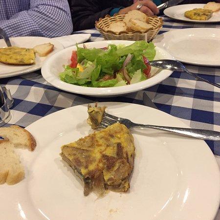 TangJiHeDe XiBan Ya Western Restaurant : La cena con ensalada, tortilla de patatas etc