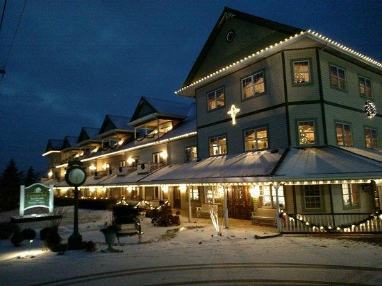 Carlisle Inn: Beautiful at night at Christmas time.