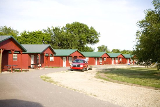 Milford, KS: exterior view of cabins 9-16 (lake view 2-bedrooms)