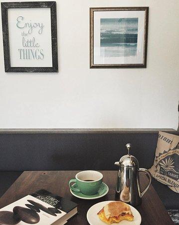 Erin, Canadá: Breakfast sandwich & french press coffee