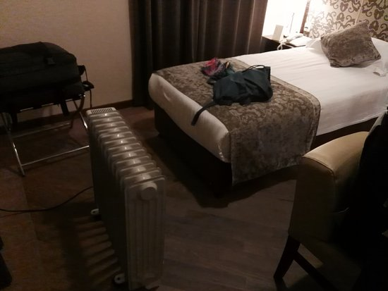 Notre Dame Guest House: .......aria condizionata rotta.  camera non sostituita......sezione con radiatore elettrico....N