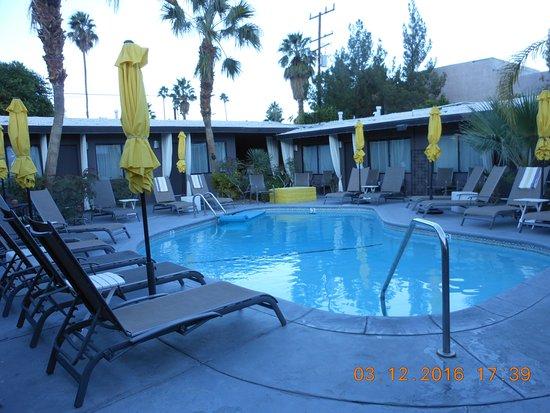 Avanti Hotel: Pool Area