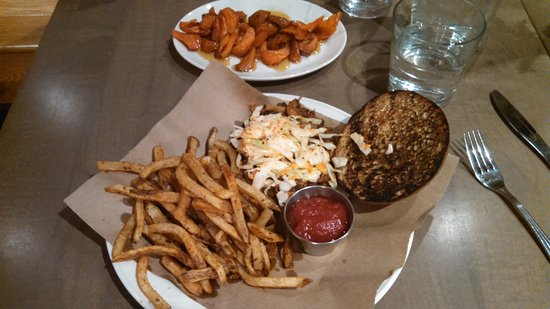 Three Oaks, Μίσιγκαν: Pulled pork (good) with tasty fries and a special homemade ketchup, plus tasty glazed carrots.