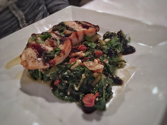 Gladstone, Μίσιγκαν: Balsamic chicken breast with wilted spinach