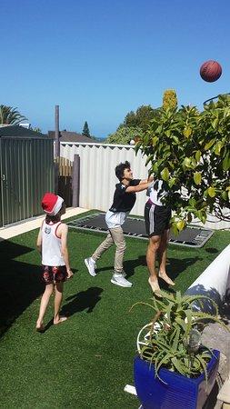 Joondalup, Australien: The kids playing basketball