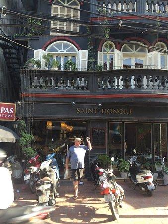 Saint-Honore: Very good food. Enjoyed egg Benedict here.