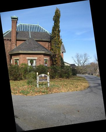 The Sayre Mansion Inn: Entrance driveway (off 3rd Street; you don't enter from Wyandotte)