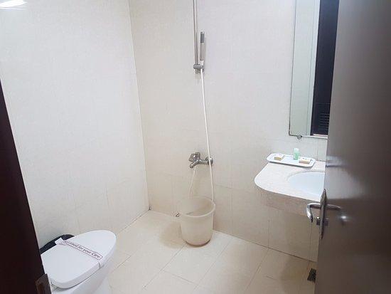 KR inn: Bathroom, need work on shower