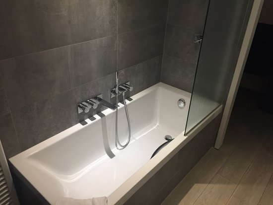 baignoire avec douche italienne et douchette photo de parkhotel kortrijk courtrai tripadvisor. Black Bedroom Furniture Sets. Home Design Ideas
