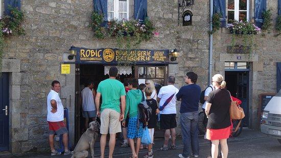 Boulangerie-Patisserie Robic  - Salon de the Tamm'Bara : So eine typische Schlange: geht auch noch länger!