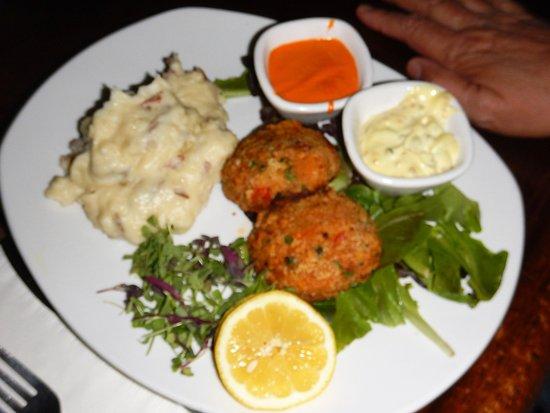 Captain Daniel Packer Inne Restaurant and Pub : Fantastic crab cakes meal!