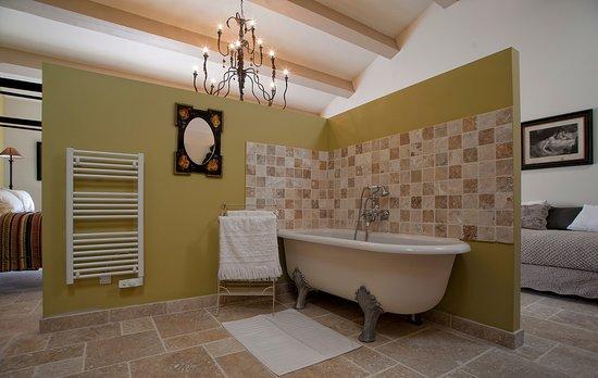 """Le Pré de l'Aube : Die Suite """"Blanche de Peyssac"""" verfügt über eine italienische Dusche und eine Badewanne"""