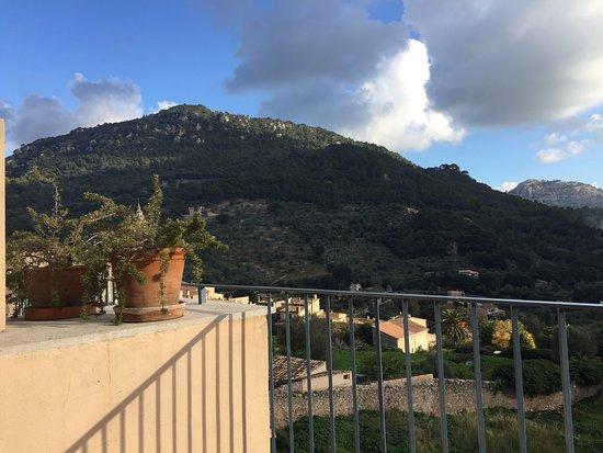 Es Petit Hotel de Valldemossa: Utsikt från rummet på dagen.