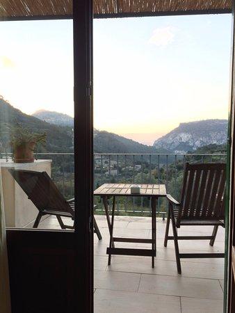 Es Petit Hotel de Valldemossa: Trevlig balkong med gott om plats. I fonden Palma.