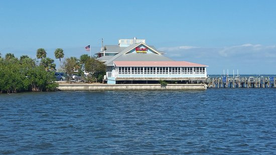Mulligan's Beach House Bar & Grill: Mulligan's sitting on the Indian River