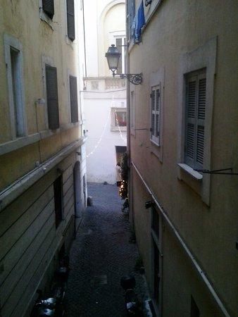 Antica Dimora dell'Orso: Вид на дворик-улицу из одного из номеров