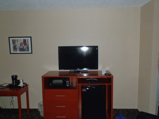 Southampton, Canada: Flat screen tv, microwave, fridge and coffee maker