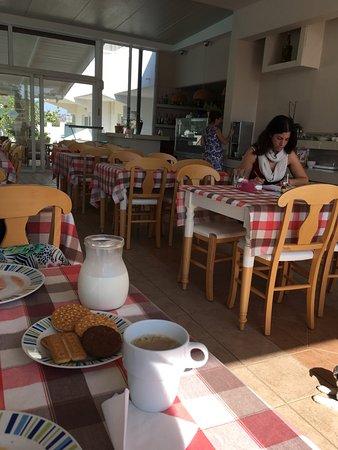 Evita Apartments: Despina and Mika at breakfast