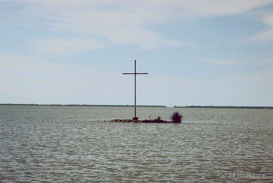 Poti, Gürcistan: cross in the Paliastomi lake