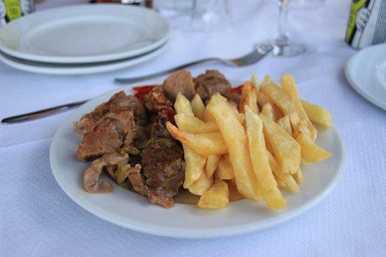 Lefkes, Grecia: Schweinefleisch mit Pommes