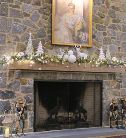 Inn at Montchanin Village: Main Fireplace