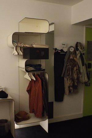 โฮเต็ล แกทพ้อยท์ ชาร์ลี: The only storage for clothes in the room, note the safe is also in this unit.