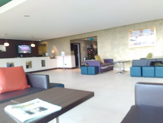 Drogheda, Irlanda: Modern, comfortable reception with complimentary papers on the tables