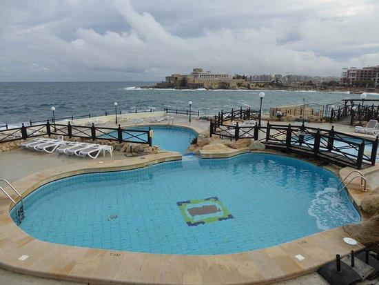 Vue de la piscine et de la mer mi d cembre casino au for Au fond de la piscine