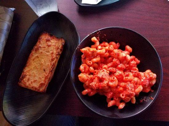 Pomona, Californien: 4 cheese chicken pasta  Amazing! Get it now!