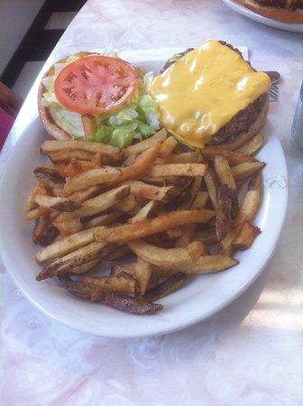 Masset, Kanada: Cheeseburger w/ Fries