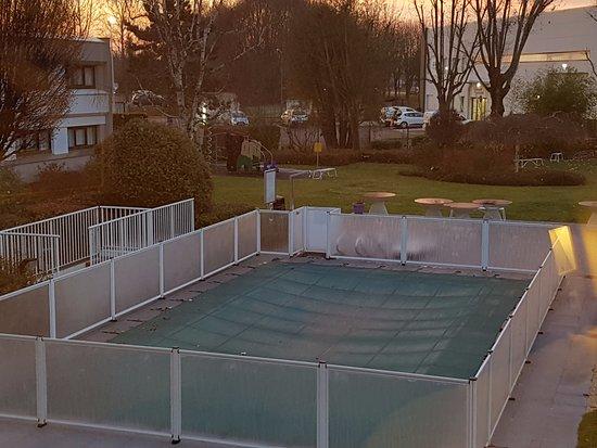 Collegien, Francia: piscine et emplacement de parking dans la ligne de mire