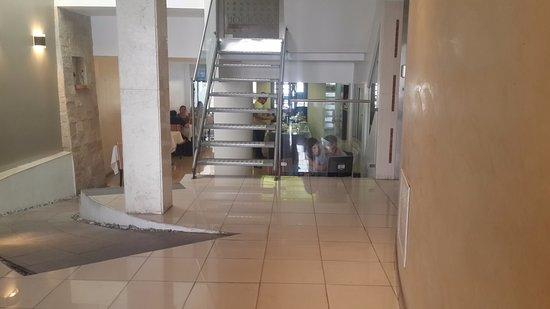 rio grande apart hotel escaleras de acceso al primer entrepiso y al salon desayunador