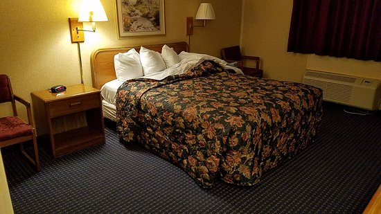 Days Inn Auburn/Finger Lakes Region: The bed, after bedbug check. Clean but tired