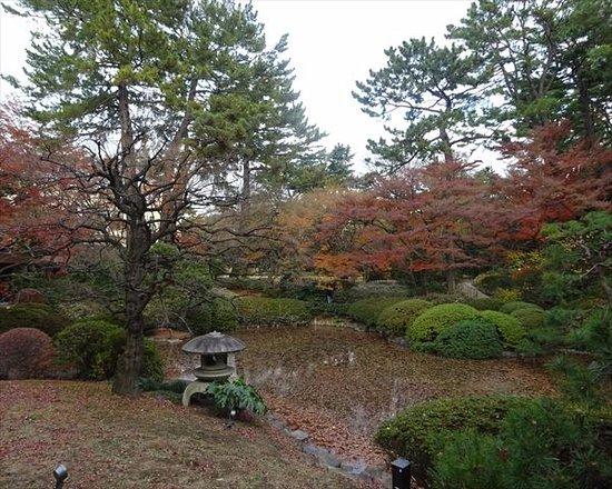 東京都庭園美術館, 中央には池が