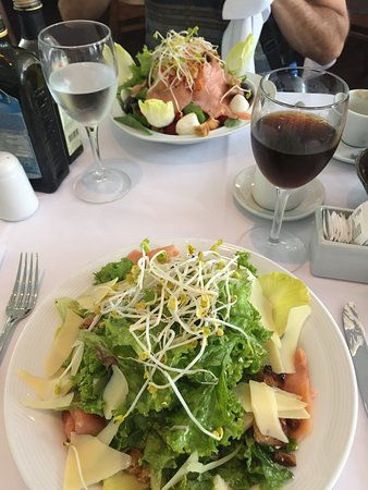 Cafe des Art: 2 different salmon salads and there was a lot of salmon on both!