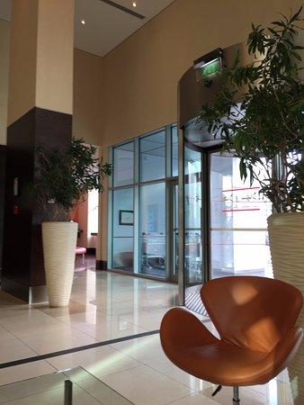 Ibis Al Rigga: Вход в отель. Фойе