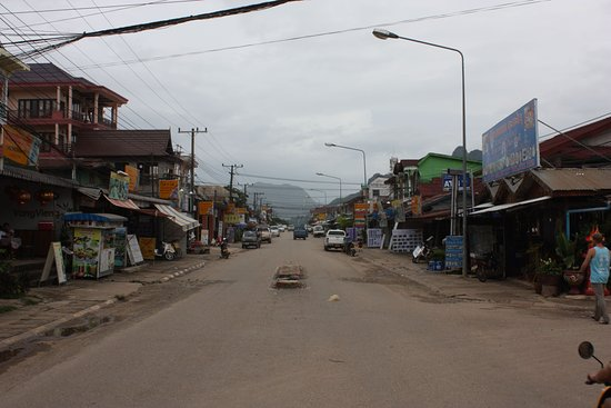 Thavisouk Riverside Hotel: Main street in Vang Vieng...at night it was full of people from everywhere.