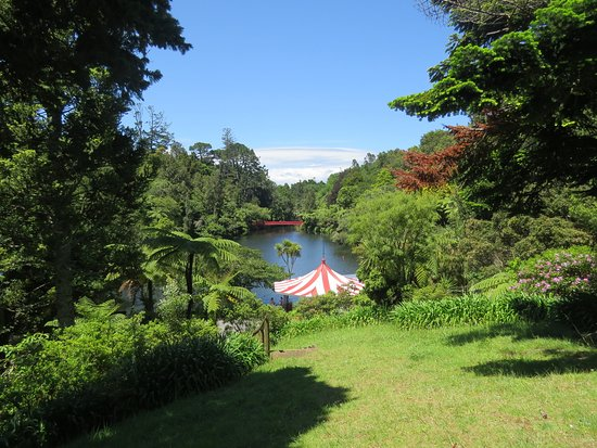New Plymouth, Nueva Zelanda: Pukekura park - one of the lakes. On a clear day you can see Mt Egmont