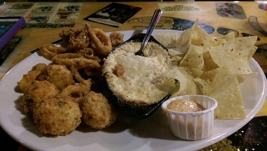 Bellevue, Кентукки: The sampler platter (Fried Calimari, crab dip, jalapeno poppers)