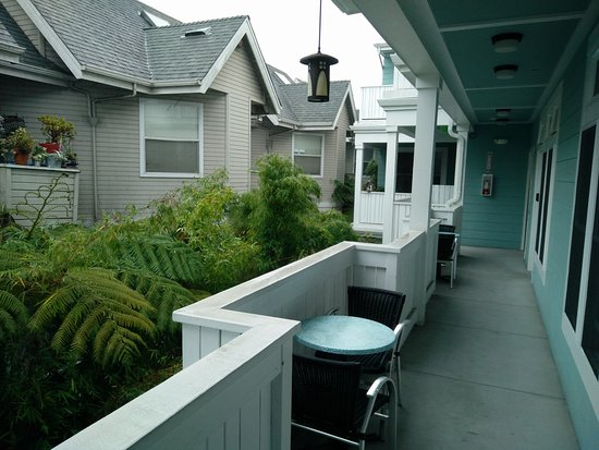 Pacific Blue Inn: Outdoor walkway to rooms. Cute and eclectic