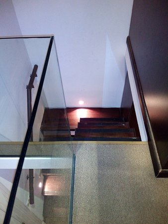Hotel Plaza Fuerte: Escalera sin baranda, pintura de pared manchada