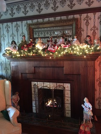 John Wesley Inn: Beautiful and cozy fireplace in the ground floor Living Room.