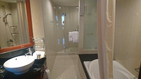 Smukt badeværelse med stort badekar samt stort bruse rum. - Picture ...